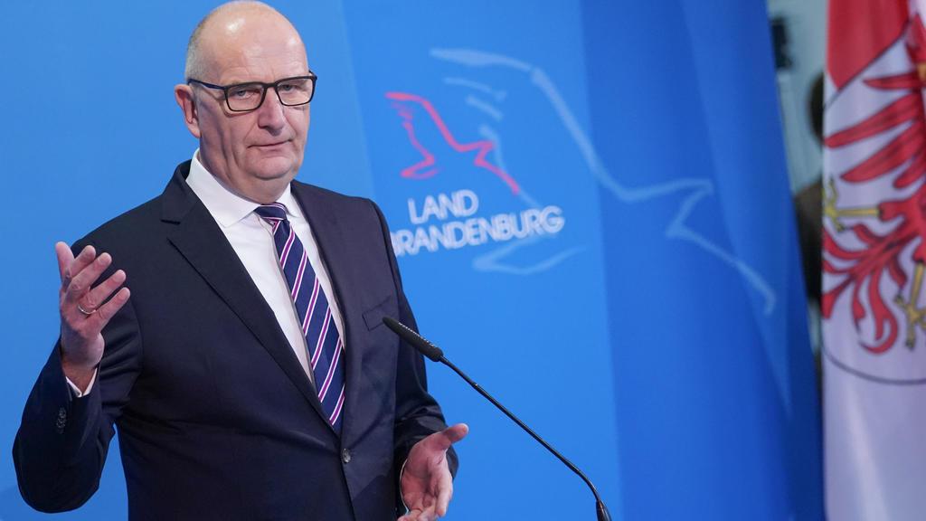 Dietmar Woidke (SPD), Brandenburgs Ministerpräsident, teilt auf der Pressekonferenz den Beschluss der Ministerpräsidentenkonferenz mit.