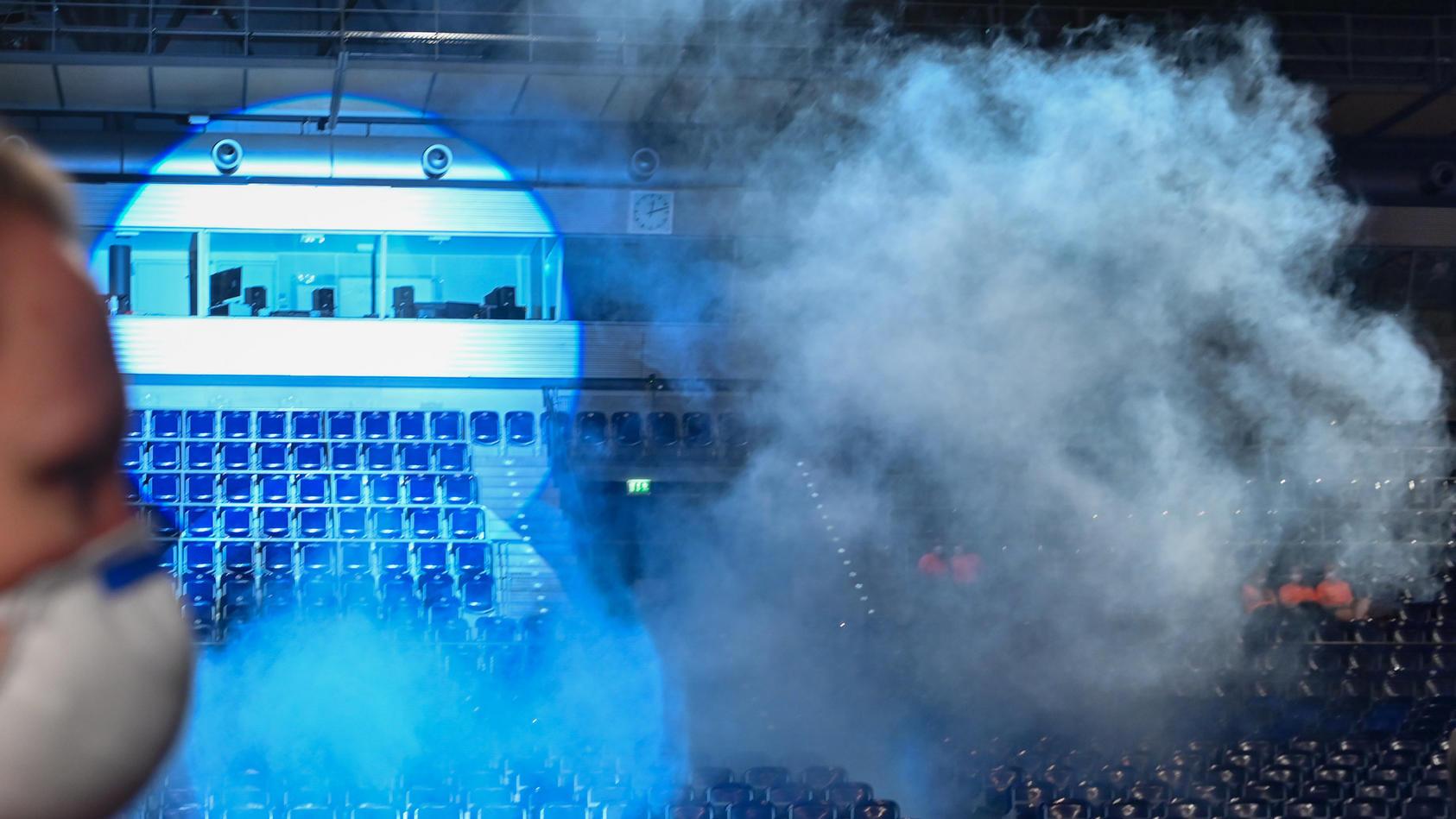 Bei einem Experiment wird der Atemausstoß mit Nebel sichtbar gemacht.