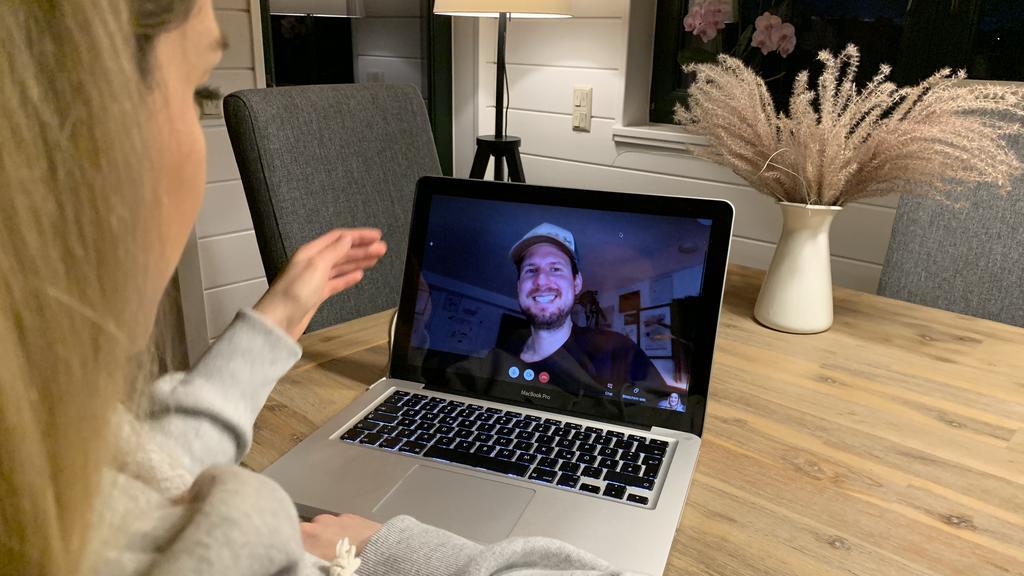 Redakteurin Daria im Videogespräch mit Mike Kremer.