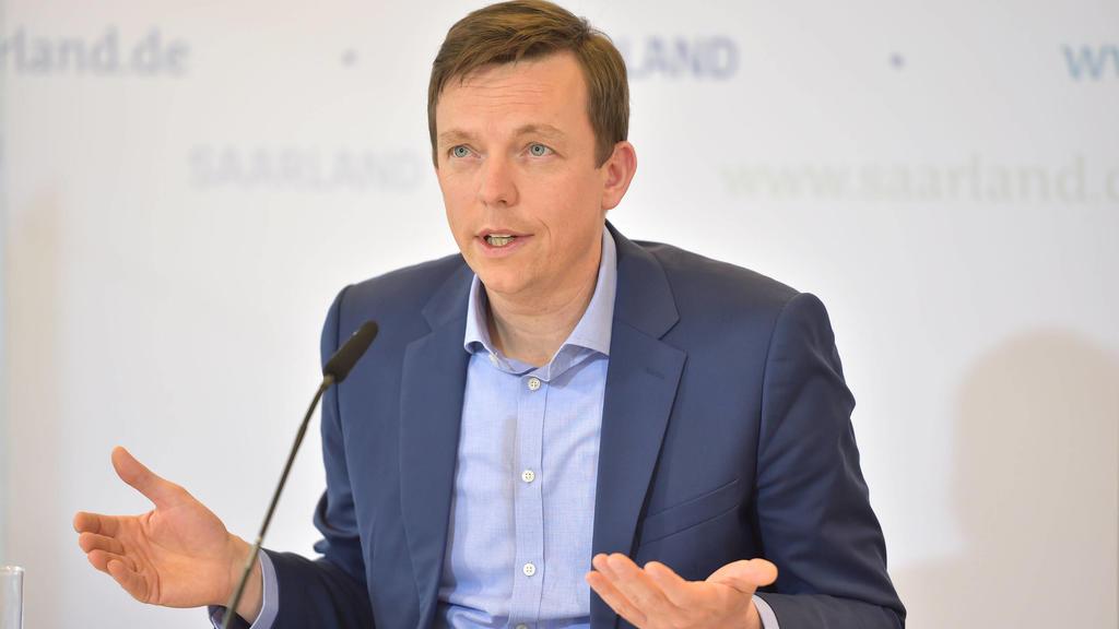 Tobias Hans bei der Landespressekonferenz zum Thema Saarland.