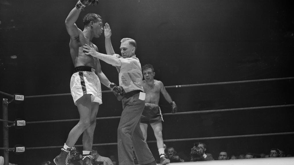 "Das Ende des ""Valentinstag-Massakers"": Ringrichter Sikora beendet den Kampf. Robinson jubelt, LaMotta steht immer noch"