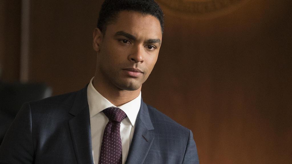 """Regé-Jean Page ist in der Anwalts-Serie """"For The People"""" als junger Anwalt Leonard Knox zu sehen (Staffel 1 auf TVNOW verfügbar)."""