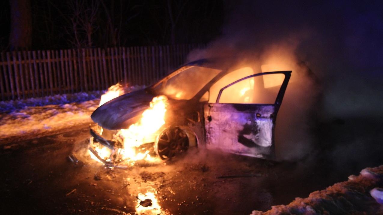 Hybrid-Golf nach vermutlichen Batteriedefekt in Brand