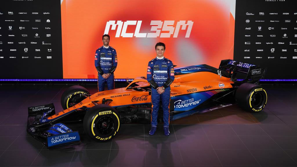 Daniel Ricciardo und Lando Norris posieren mit dem neuen McLaren MCL35M Mercedes