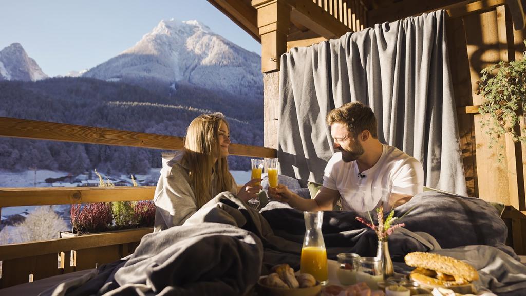 Mimi und Niko verbringen einen Abend, die ganze Nacht und den nächsten Morgen in einer traumhaften Hütte.
