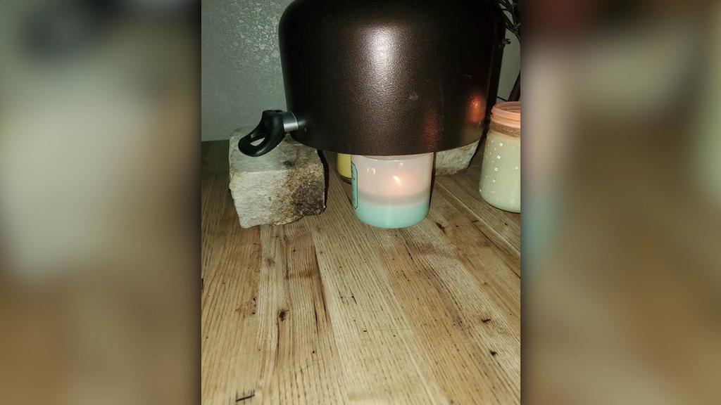 Familie Garcia erhitzt Wasser in einem Kessel auf Kerzen, weil der Strom ausgefallen ist.