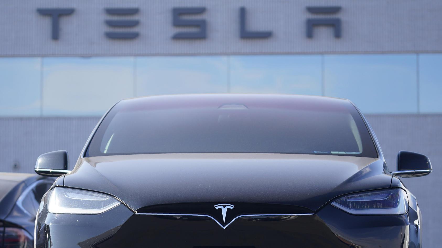 Tesla schafft ersten Jahresgewinn - Erwartungen trotzdem verfehlt