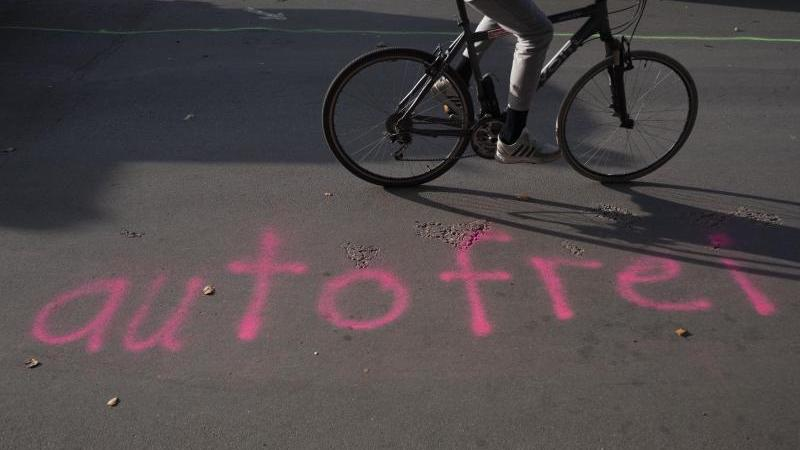 """""""autofrei"""" ist auf eine Straße gesprüht"""