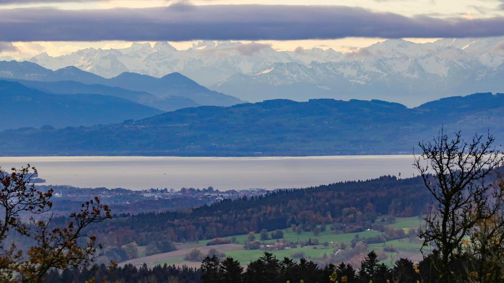 30.10.2020, Baden-Württemberg, Ilmensee-Höchsten: Blick vom Berg ·Höchsten· auf den Bodensee und die durch den Föhn sichtbaren Alpen. Foto: Thomas Warnack/dpa +++ dpa-Bildfunk +++
