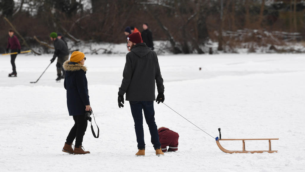 Berlin in der Phase der Coronavirus-Krise, im Bild: Jung und Alt mit Schlitten auf den zugefrorenen Karpfenteichen in Pankow, 13.02. 2021, *** Berlin in the phase of the coronavirus crisis, in the picture young and old with sledges on the frozen car