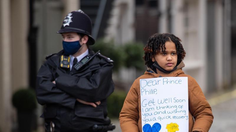Der zehnjährige Twanna Helmy aus London wünscht Prinz Philip mit einem Plakat baldige Genesung. Foto: Dominic Lipinski/PA Wire/dpa