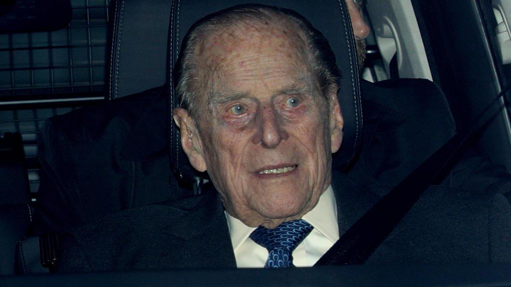 """ARCHIV - 19.12.2018, Großbritannien, London: Prinz Philip, der Herzog von Edinburgh, verlässt nach dem Weihnachtsessen der Königin in einemFahrzeug den Buckingham Palace. (Zu dpa """"Prinz Philip bleibt im Krankenhaus - Besuch von Sohn Charles"""") Foto:"""
