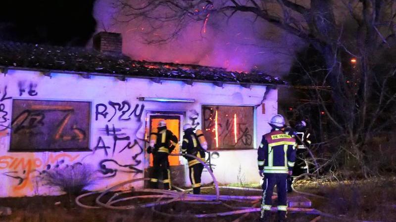 Feuerwehrleute löschen ein Feuer in einem Gebäude. Foto: Feuerwehr Celle/dpa/Aktuell