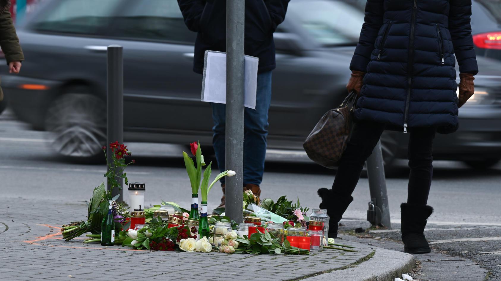 Blumen liegen an der Unfallstelle in Frankfurt-Sachsenhausen.