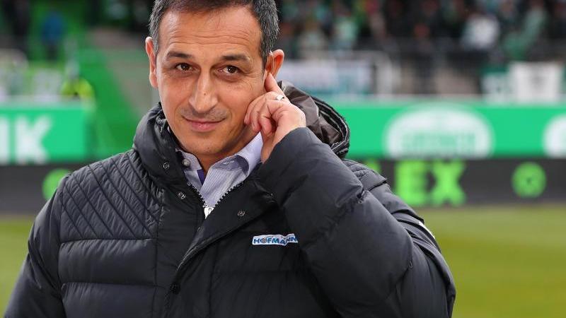 er angeblich vom FC Schalke 04 umworbene Fürther Sportchef Azzouzi hat einen Wechsel im Sommer zum Noch-Erstligisten ausgeschlossen. Foto: Daniel Karmann/dpa/Archivbild