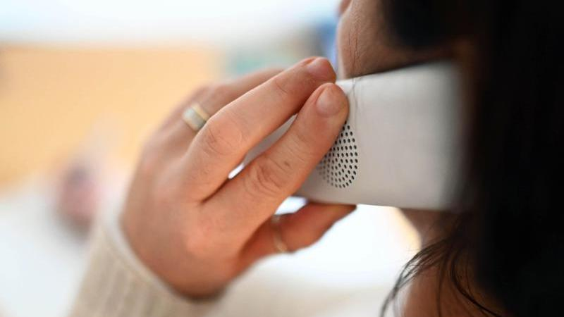 Eine Frau telefoniert. Foto: Uli Deck/dpa/Symbolbild