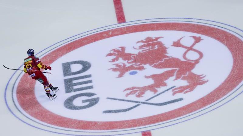 Düsseldorfs Marc-Anthony Zanetti fährt über das Logo der DEG. Foto: Rolf Vennenbernd/dpa/Archivbild