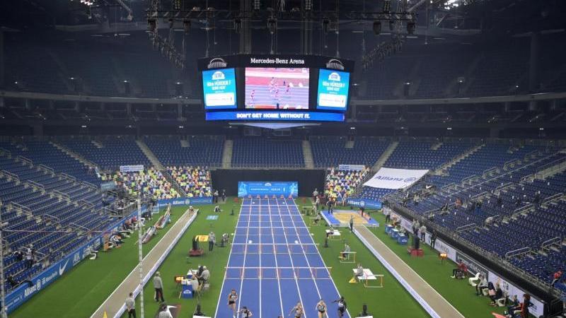 Der Vorlauf über 60 Meter Hürden der Frauen findet vor leeren Zuschauerrängen statt. Foto: Soeren Stache/dpa/Archivbild