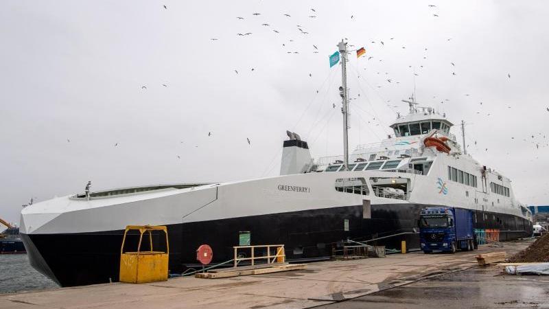"""Das Fährschiff""""Greenferry I"""" wird im Hafen für dengeplanten Fährbetriebzwischen Cuxhaven-Brunsbüttel fit gemacht. Foto: Sina Schuldt/dpa/Archivbild"""