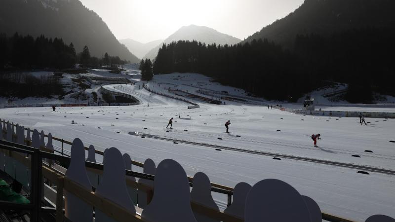 Athleten trainieren im Langlaufstadion. Foto: Karl-Josef Hildenbrand/dpa