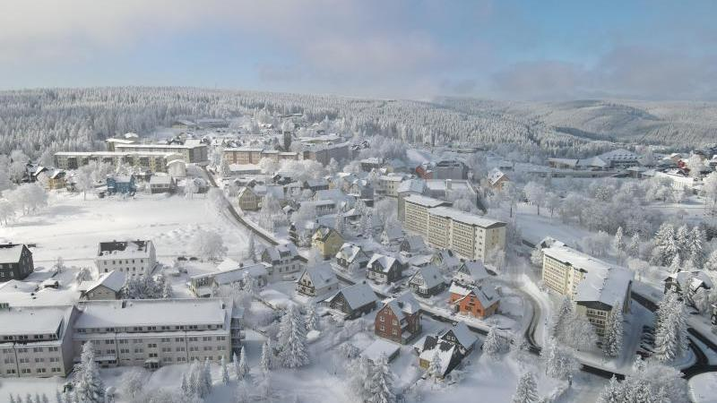 Von weißem Schnee überzogen zeigen sich die Häuser des Wintersportortes. Foto: Bodo Schackow/dpa-Zentralbild/dpa/Archivbild