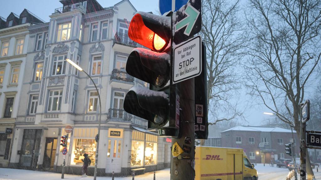 Germany, winter GERMANY, Hamburg, winter, snow, DHL delivery service *** DEUTSCHLAND, Hamburg, Winter, Schnee, DHL Paketdienst Hamburg Germany