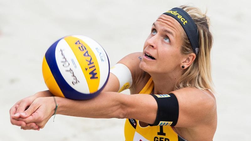 Beach-Volleyballerin Laura Ludwig startet in Katar. Foto: Georg Hochmuth/APA/dpa