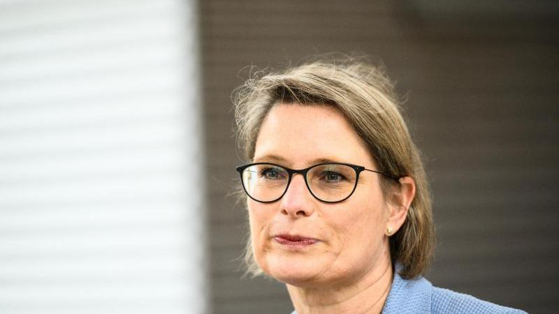 Stefanie Hubig (SPD), Bildungsministerin von Rheinland-Pfalz, sitzt bei einerPressekonferenz. Foto: Andreas Arnold/dpa/Archivbild
