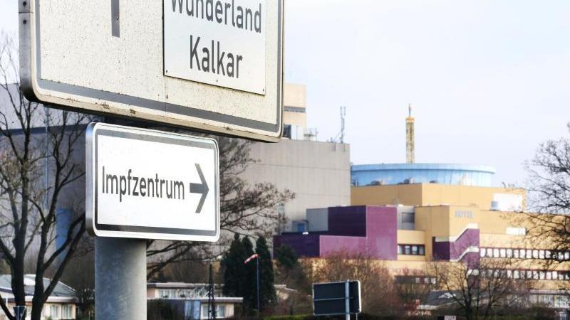 """""""Impfzentrum"""" steht auf einem Schild vor dem Freizeitpark """"Wunderland"""" und weist die Richtung aus. Foto: Roland Weihrauch/dpa"""