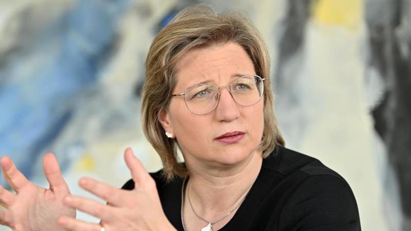 Anke Rehlinger (SPD) sitzt bei einem Interview. Foto: Harald Tittel/dpa/Archivbild