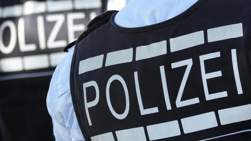 In Westen gekleidete Polizisten. Foto: Silas Stein/dpa/Archivbild