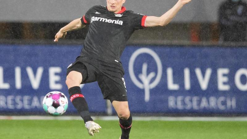 Leverkusens Lars Bender in Aktion. Foto: Tom Weller/dpa