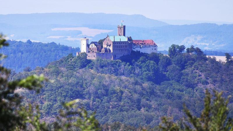 """Die Wartburg vom Aussichtspunkt """"Marienblick"""" gesehen. Foto: Martin Schutt/dpa-Zentralbild/dpa/Archivbild"""