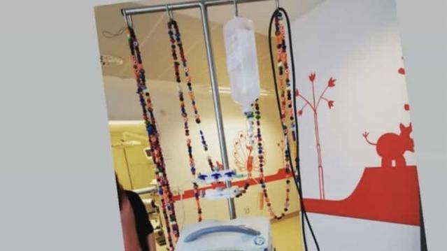 Jede Perle hat eine Bedeutung und steht beispielsweise für eine überstandene Chemotherapie oder eine Spritze. Mittlerweile ist die Kette acht Meter lang.