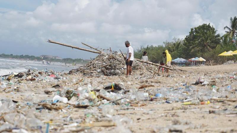 Angespülter Müll liegt am Kuta Beach auf Bali. Kommt ein globales Plastik-Abkommen?. Foto: Komang Erviani/AAP/dpa