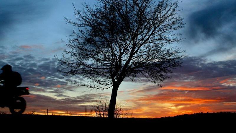 Sonnenuntergang bei Angermünde. Foto: Patrick Pleul/dpa-Zentralbild/dpa-tmn/Archivbild