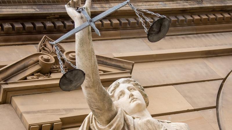 Eine Figur der Justitia vor einem Gerichtsgebäude. Foto: Stefan Puchner/dpa/Symbolbild