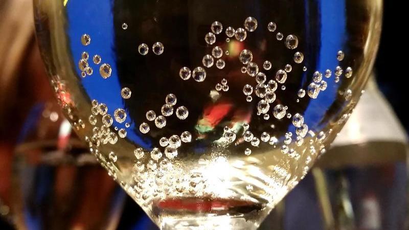 Ein perlendes Getränk in einem Sektglas. Foto: Barbara Gindl/APA/dpa/Symbolbild