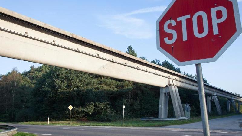 Ein Stop-Schild ist in Lahten vor der Transrapidstrecke zu sehen. Foto: picture alliance / Friso Gentsch/dpa/Archivbild