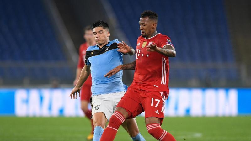 Lazios Joaquín Correa und Münchens Jérôme Boateng (l-r.) im Duell um den Ball. Foto: Giuseppe Maffia/dpa