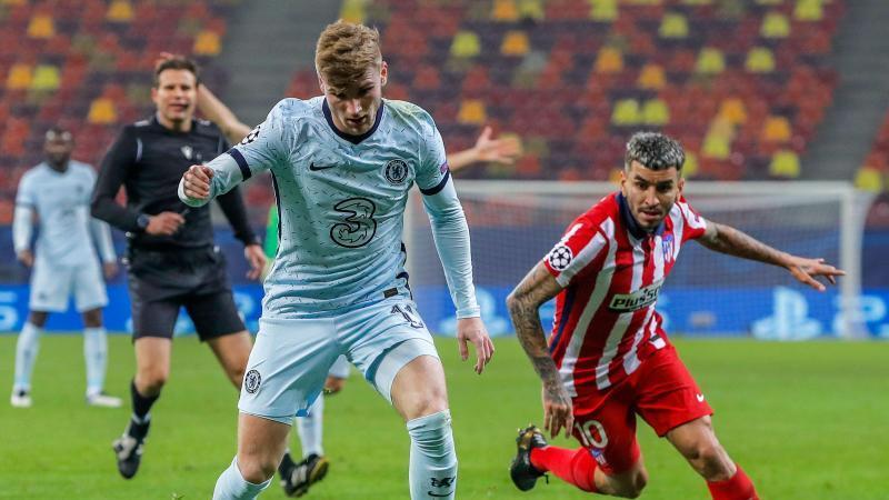 Chelseas Timo Werner (l) behauptet sich am Ball im Zweikampf gegen Angel Correa von Atlético Madrid. Foto: Vadim Ghirda/AP/dpa