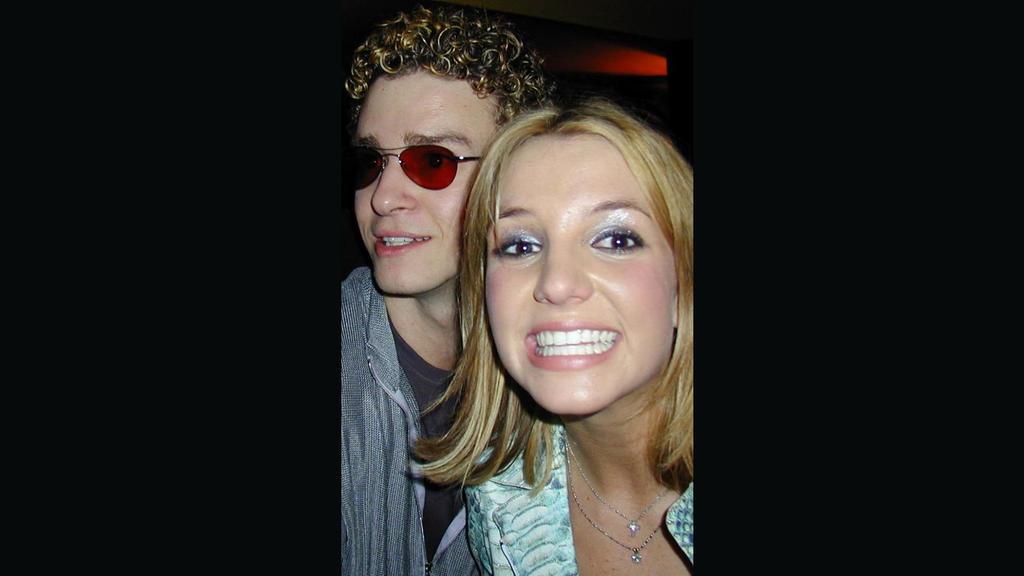 Ein bisher ungesehenes Foto aus der Partynacht von Britneys 18. Geburtstag zeigt ein verliebtes Pärchen.