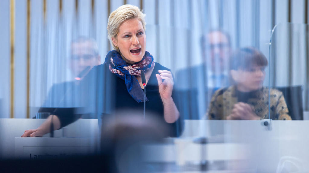 Manuela Schwesig (SPD), die Ministerpräsidentin von Mecklenburg-Vorpommern, spricht bei ihrer Regierungserklärung vor den Abgeordneten im Landtag.