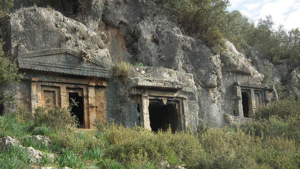 Der Vergleich zeigt: Hildmann posiert vor den Felsgräbern von Kayaköy