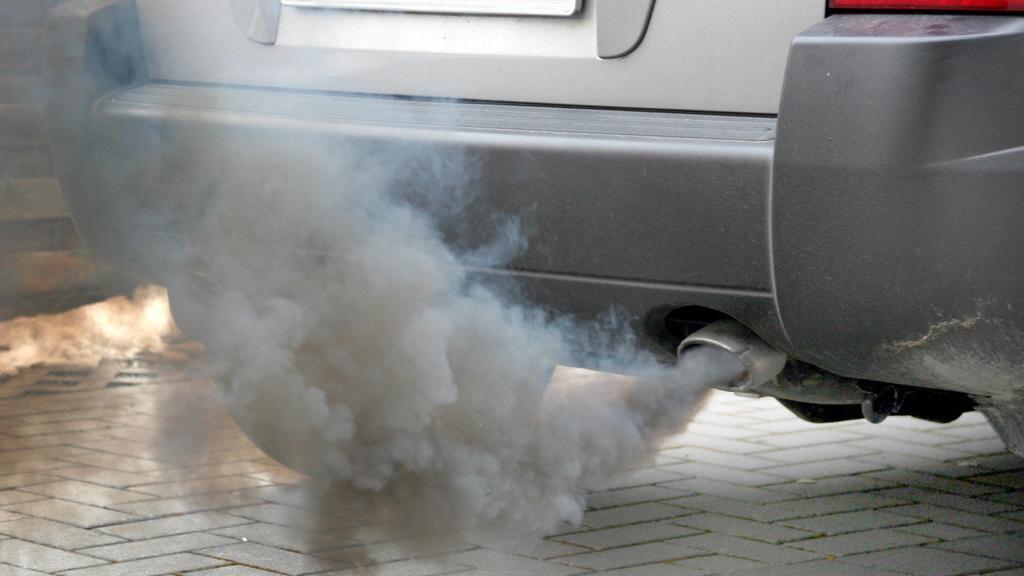 rauchender Auspuff smoking exhaust BLWS179578