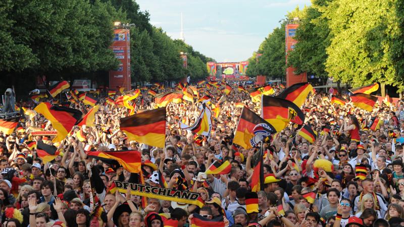 ARCHIV- Tausende Fans warten auf der Fanmeile zur Fußball-Weltmeisterschaft in Berlin auf den Anpfiff des Spiels Deutschland - Ghana (Foto vom 23.06.2010). Die Heim-WM 2006 hat das Erlebnis Fußball verändert - seit dem Sommermärchen ist Public Viewi