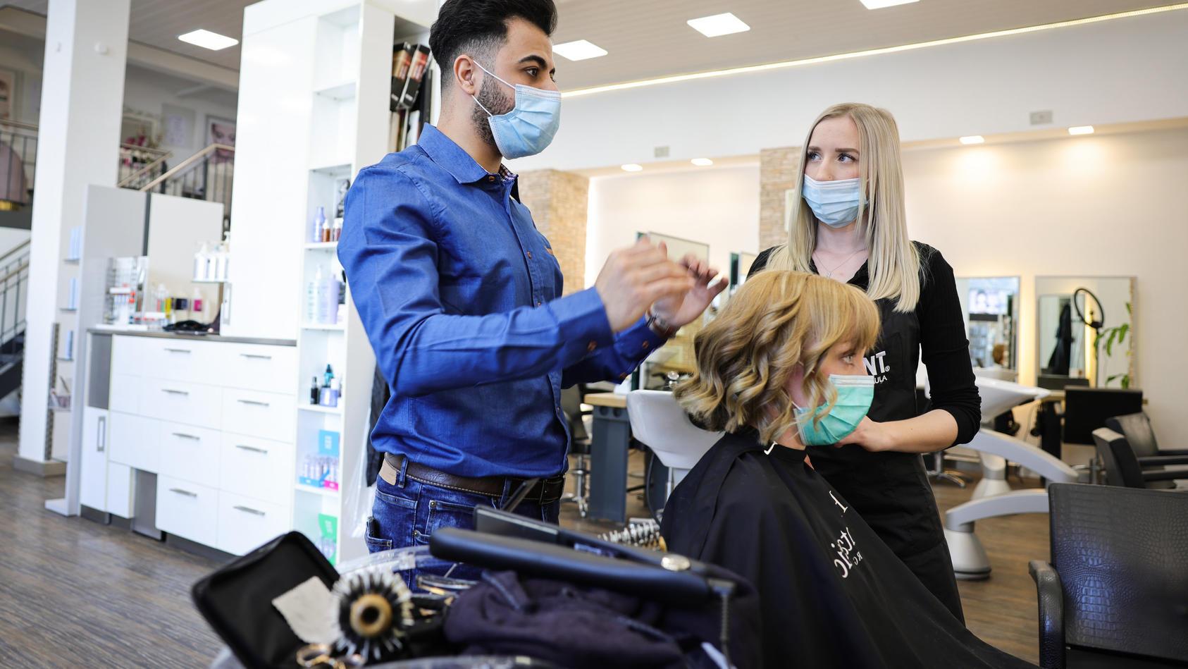 Hamburgs Friseure bereiten sich auf die Öffnung vor
