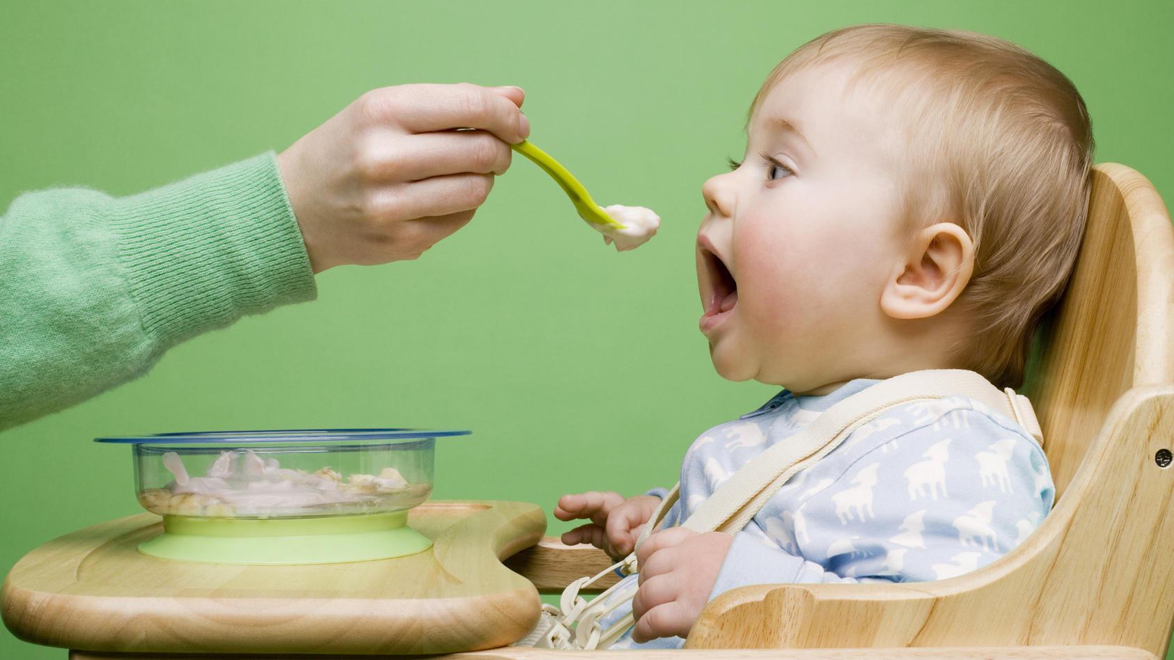 Babybrei ist die erste feste Nahrung, die Säuglinge zu sich nehmen.