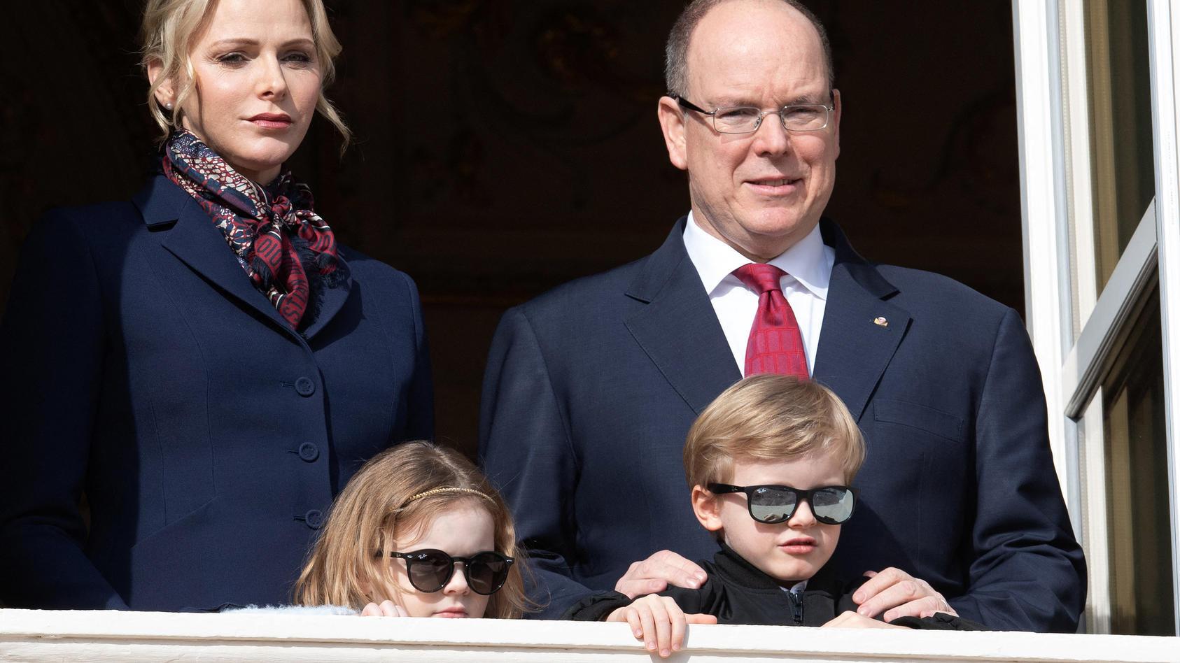 Fürst Albert II und Fürstin Charlène mit den Zwillingen Gabriella und Jacques.