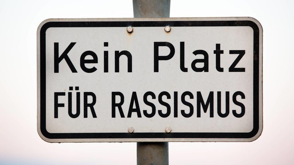 Kein Platz für Rassismus, Schild mit Hinweis gegen Rassismus - No place for racism, sign with indication against racism *** No place for racism sign with indication against racism No place for racism sign with indication against racism PUBLICATIONxI